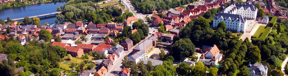 Luftaufnahme von Plön mit Plöner Schloss